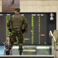 Bruxelles, l'attentatore della Stazione aveva una bomba con i chiodi: voleva fare una...