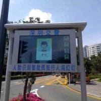 Cina, gogna per i pedoni indisciplinati: se passi col rosso finisci sullo schermo