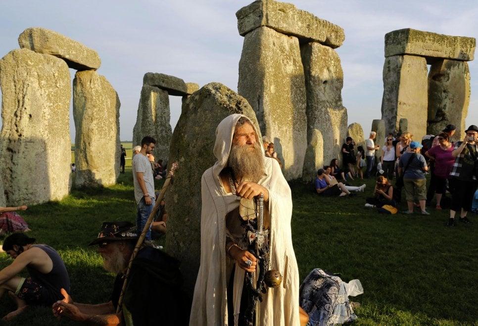 Solstizio a Stonehenge, tra hippy e druidi ad attendere il primo raggio d'estate