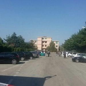 Dottoressa uccisa nel Teramano: accoltellata davanti all'ospedale. Caccia allo stalker