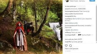 La nuova vita di Amanda Knox:su Instagram tra baci e boschivestita da Cappuccetto Rosso