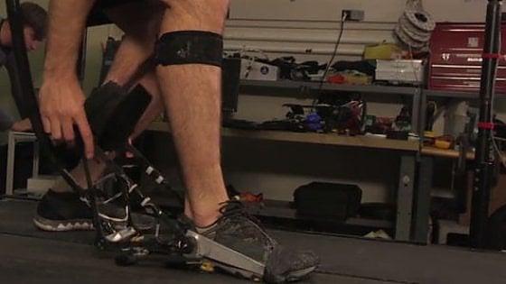 Un esoscheletro per salvare l'energia del corpo: dalle caviglie si recupera oltre il 30%