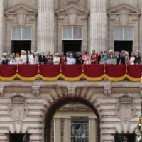 """Regno Unito, nessuna corsa al trono dopo Elisabetta II. Harry: """"Lo faremo solo per senso..."""