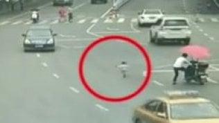 Bimbo scappa ma il papà pensaallo scooter: tragedia sfiorata
