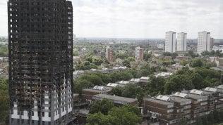 Londra, evacuati 5 grattacieliidentici alla Grenfell Tower video