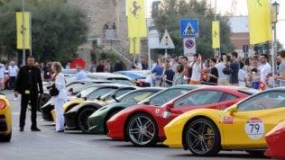 Mare, motori e bella vita - Fotooltre 100 Ferrari sul lungomare