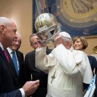 Il Papa e il casco da football: sorrisi e belle parole coi campioni Nfl del passato