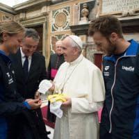 Nuoto, azzurri dal Papa: in dono costumi e cuffia