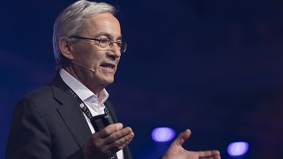 """Il Nobel Pissarides: """"Robot e AI colpiranno anche i manager. Serve il reddito di cittadinanza"""""""