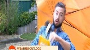 """Il vento """"scherza"""" con l'inviato tvL'ilarità in studio è contagiosa"""