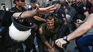 Istanbul, proiettili di gomma e idranti contro Il Gay Pride. La manifestazione era vietata video