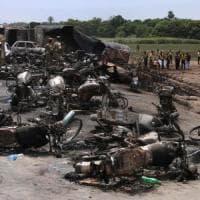 Pakistan, autocisterna si ribalta e prende fuoco: 157 morti nel rogo, almeno 20 i bambini