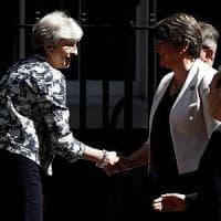 """Londra, la premier May sigla l'accordo """"salato"""" con i nord-irlandesi"""