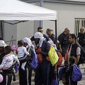 Migranti, esodo senza fine: solo ieri salvate 5000 persone arrivate dalla Libia. Minniti rientra in Italia