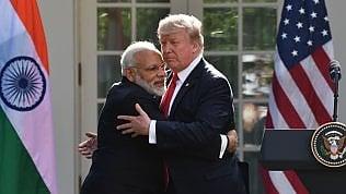 Troppo affetto per Trump: l'abbraccio di Modi lo spiazza