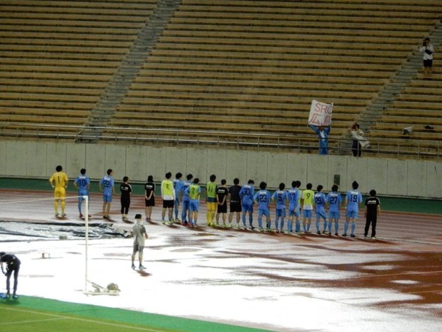 Giappone, centinaia di chilometri per seguire il suo club: la squadra applaude l'unico tifoso in trasferta