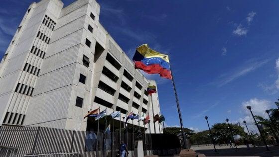 """Venezuela: """"Granate da un elicottero contro la Corte suprema"""". Maduro: attacco terroristico"""