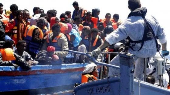 Migranti, l'Italia alla Ue: ipotesi blocco alle navi straniere. Mattarella: