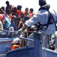 """Migranti, l'Italia alla Ue: ipotesi blocco alle navi straniere. Mattarella: """"Situazione..."""