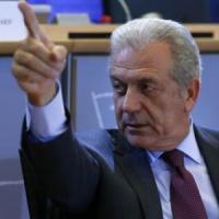 """Migranti, Avramopoulos: """"Grave crisi dell'Italia"""". Gentiloni: """"Estrema preoccupazione"""""""