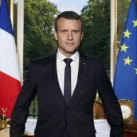 Il ritratto ufficiale di Emmanuel Macron che taglia i ponti col passato