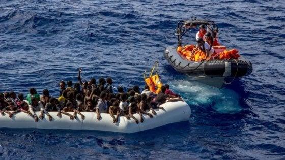 """Migranti, Ue: da Tallinn nessuna risposta a Roma. Merkel con Juncker: """"Italia e Grecia non vanno lasciate sole"""""""