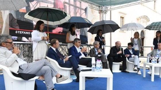 Sulmona, politici sul palco protetti da ragazze ombrello: polemiche sul convegno
