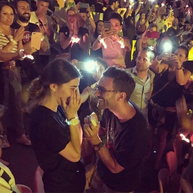 Magici Coldplay, le chiede la mano durante il concerto: le immagini da San Siro
