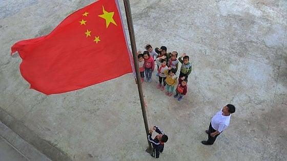 Niente mano sul cuore e guai a stonare: Pechino fa arrestare chi sbaglia l'inno