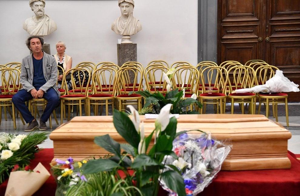 Addio a Paolo Villaggio, l'ultimo abbraccio in Campidoglio: Grillo, Banfi, Sorrentino