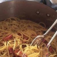 Panna, olio, vermouth e noce moscata: Nigella Lawson stravolge la carbonara (e fa il pieno di insulti online)