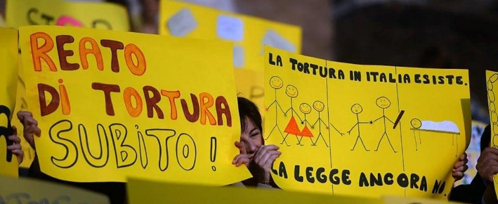 Tortura, via libera della Camera. Con 198 sì il reato è legge: fino a 12 anni di carcere