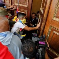 Caracas, l'assalto al Parlamento dei militanti chavisti: il fotoracconto