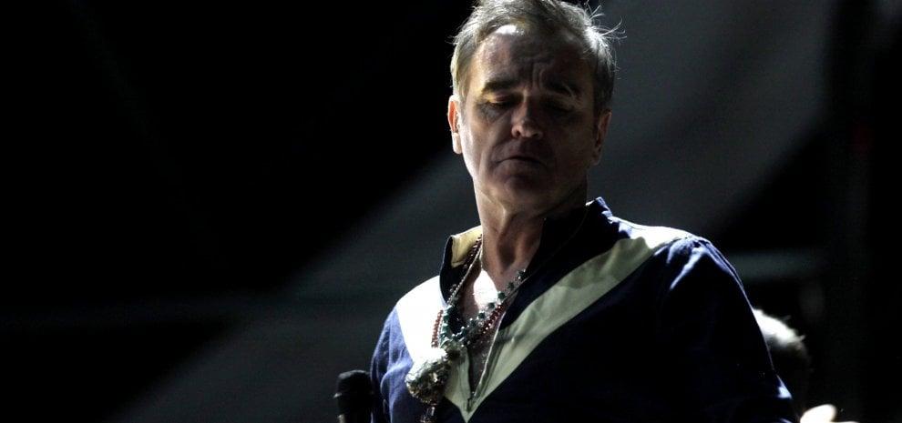 """Morrissey annulla i concerti in Italia: """"Non mi sento sicuro tra gli psicopatici"""""""