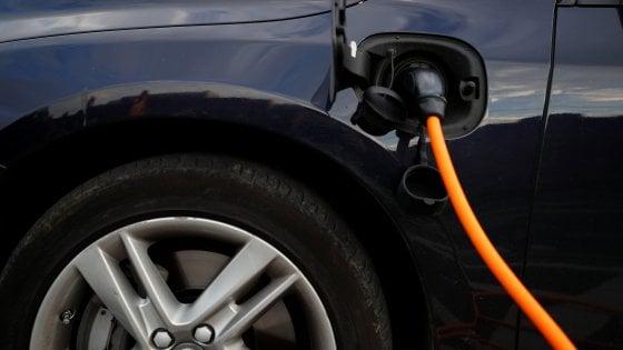 Francia, stop alla vendita di auto a diesel e benzina entro il 2040