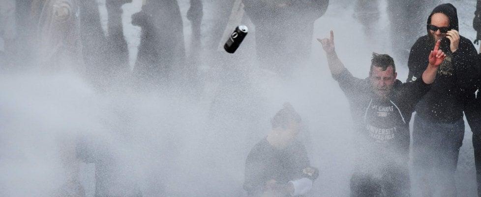 G20 Amburgo, scontri al corteo: feriti e fermi. Polizia usa idranti per disperdere le persone