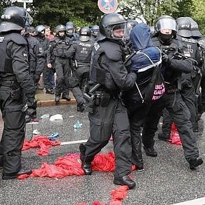 G20 di Amburgo, 196 agenti feriti e 100 manifestanti fermati negli scontri. Melania bloccata dalle proteste