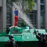 Amburgo, ragazza sfida la polizia nella foto simbolo delle proteste al G20