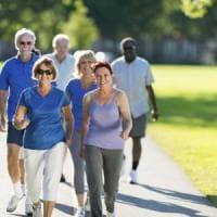 Passeggiata sulla spiaggia o in città, così camminare aiuta a mantenersi in forma