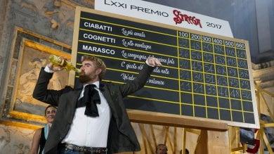 """Premio Strega, Paolo Cognetti trionfa:  208 voti per """"Le otto montagne"""""""