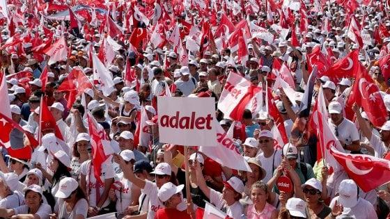 """Turchia, centinaia di migliaia in piazza a Istanbul per la """"giustizia"""" e contro Erdogan"""