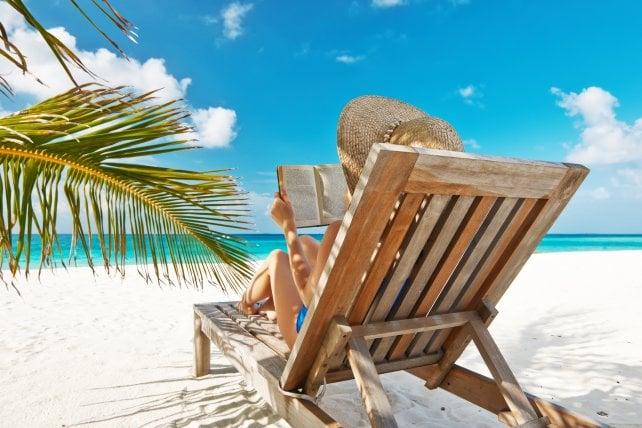 Letture gustose sotto l'ombrellone: ecco 7 libri da portare in vacanza