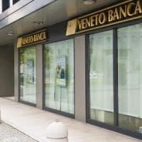 Decreto banche, il governo pone la fiducia. I 5S mostrano salvadanai in Aula