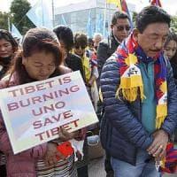 Tibetani, l'Italia blocca i loro visti per un