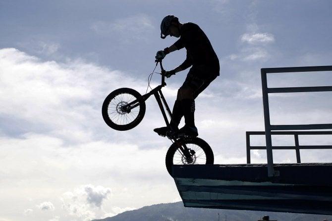 Salto show dal trampolino con la bici