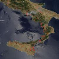 In un'immagine tutto il Sud Italia che brucia. La foto da satellite