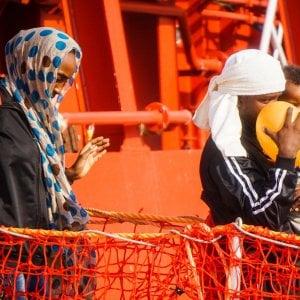 Migranti, quasi 5.000 nuovi sbarchi. E sul molo si intona una preghiera