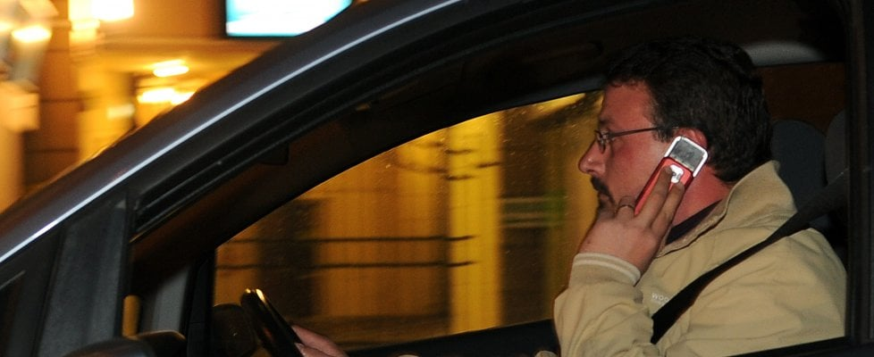 """Cellulare alla guida, record di multe. La Polizia: """"Proponiamo il ritiro della patente"""""""