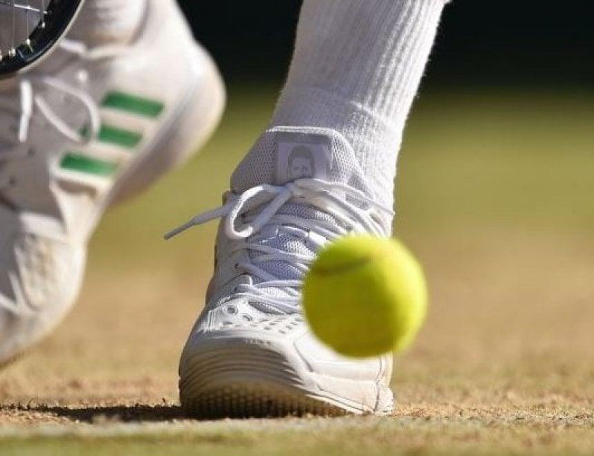 Wimbledon, il volto di Djokovic sulle scarpe di Berdych: il tributo dopo l'infortunio del serbo nei quarti
