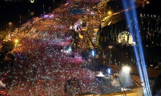 """Turchia, Erdogan in piazza per l'anniversario del fallito golpe: """"Taglieremo la testa ai traditori"""""""